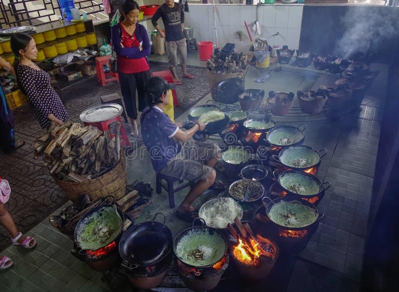 El cocinar en el restaurante tradicional fotografía de archivo libre de regalías