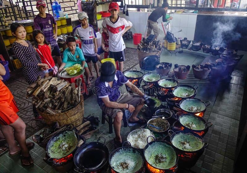 El cocinar en el restaurante tradicional foto de archivo libre de regalías
