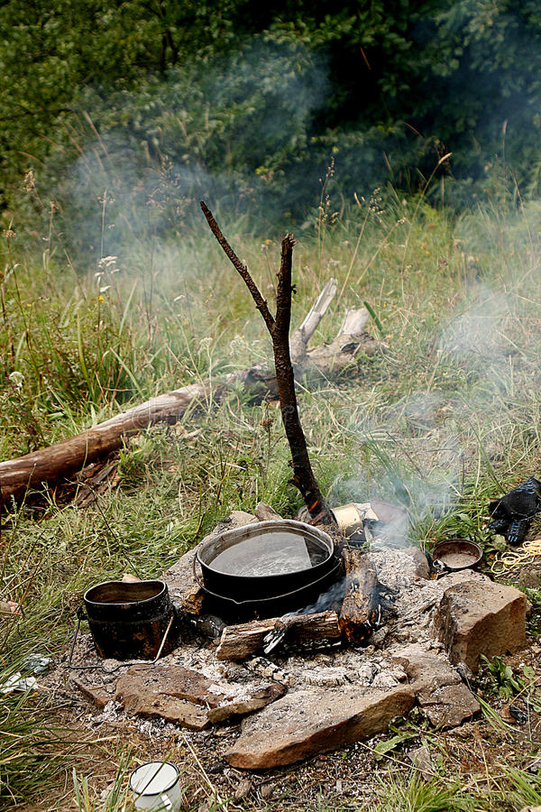 El cocinar en un fuego foto de archivo