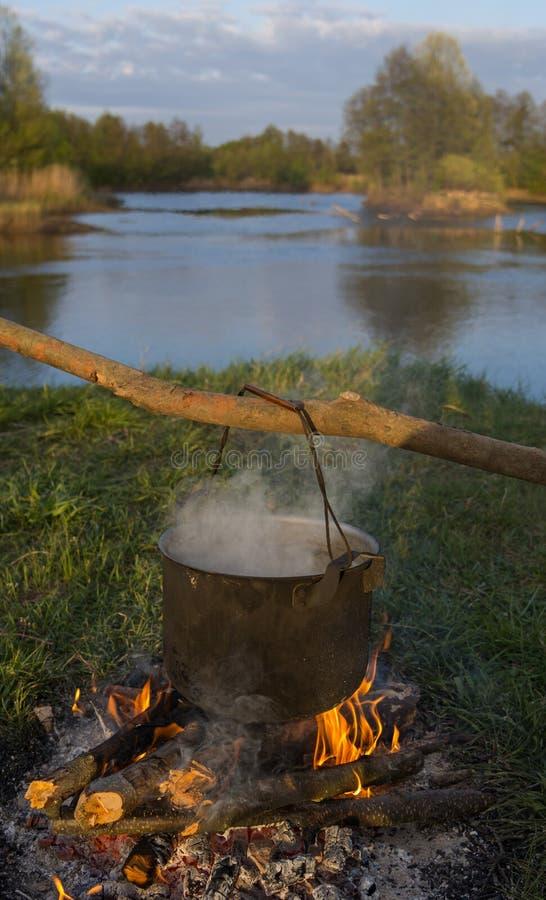 El cocinar en un fuego fotografía de archivo