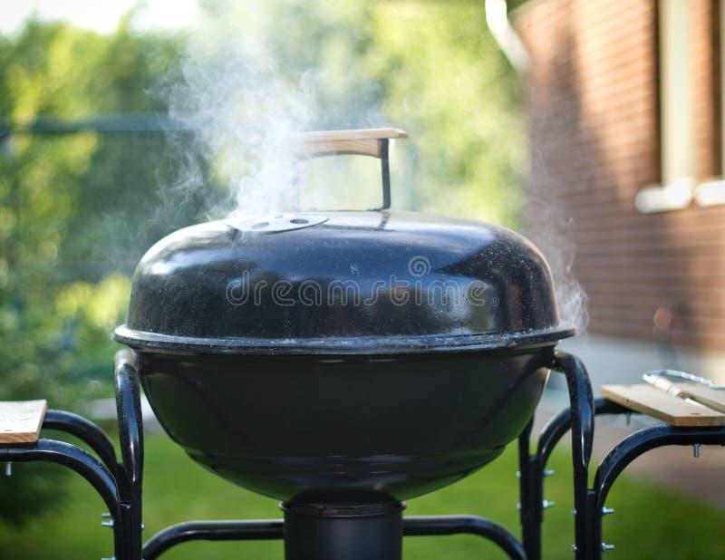 El cocinar en una barbacoa foto de archivo