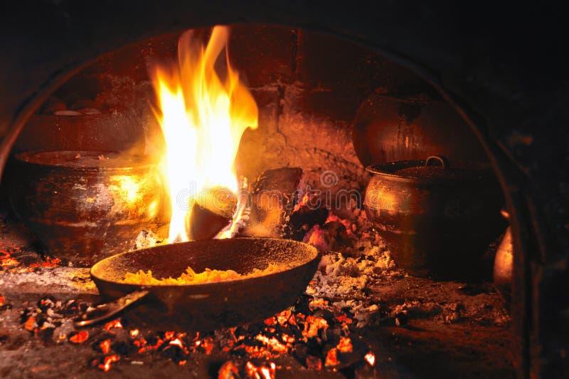 El cocinar en una chimenea vieja fotos de archivo libres de regalías