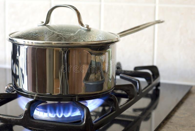 El cocinar en una estufa de gas imagen de archivo libre de regalías
