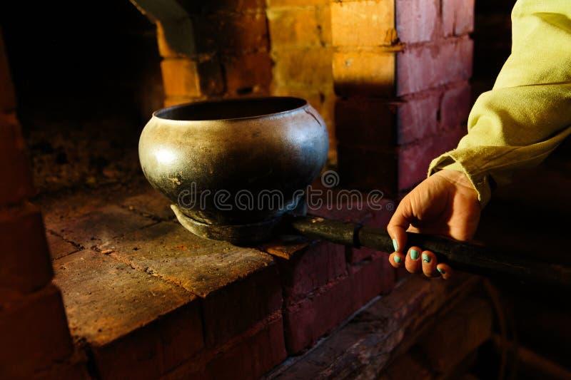 El cocinar en una estufa rusa típica fotos de archivo