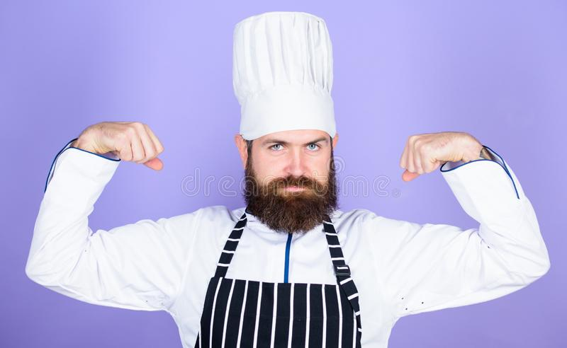 El cocinar es mi poder Cocinar el empleo f?cil y agradable Cocinero convertido en el restaurante Cocinero profesional confidente fotos de archivo