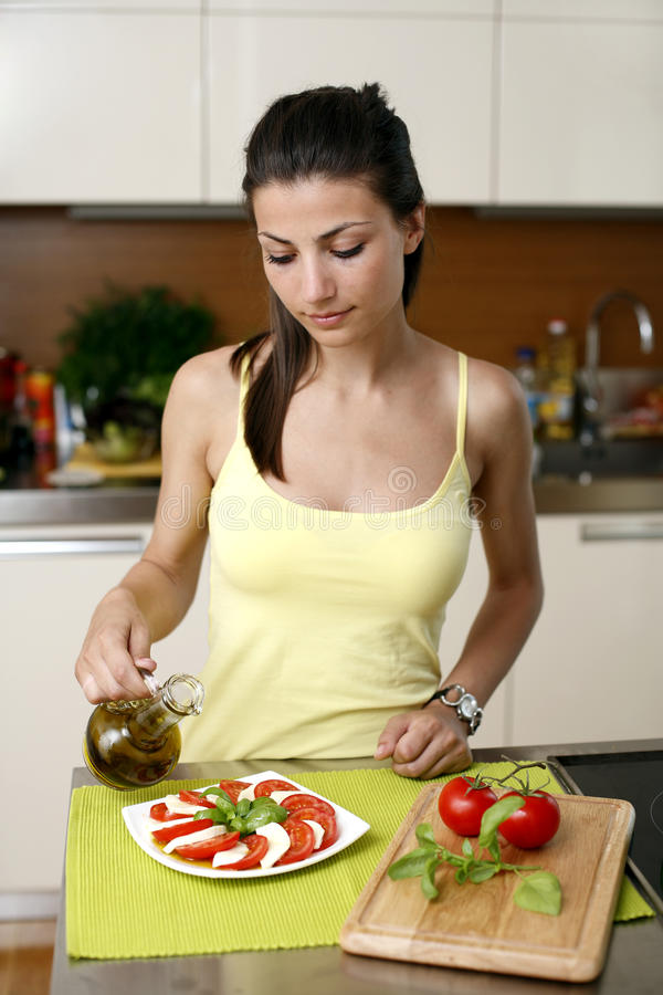 El cocinar feliz de la mujer imagen de archivo