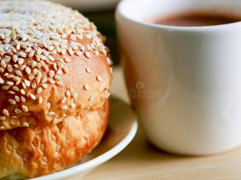 El cocinar hecho en casa hecho del trigo integral y de los granos con panes y una taza de café fotografía de archivo libre de regalías