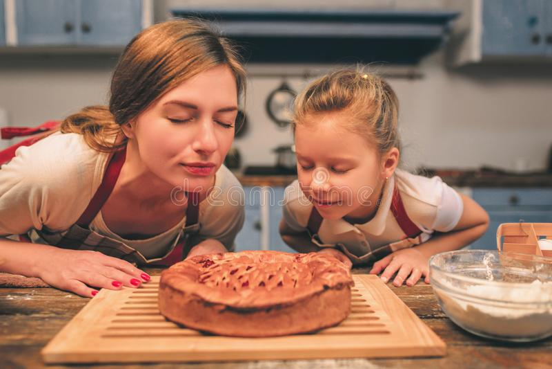 El cocinar hecho en casa La familia cariñosa feliz está preparando la panadería junta Hija de la madre y del niño que se divierte fotos de archivo