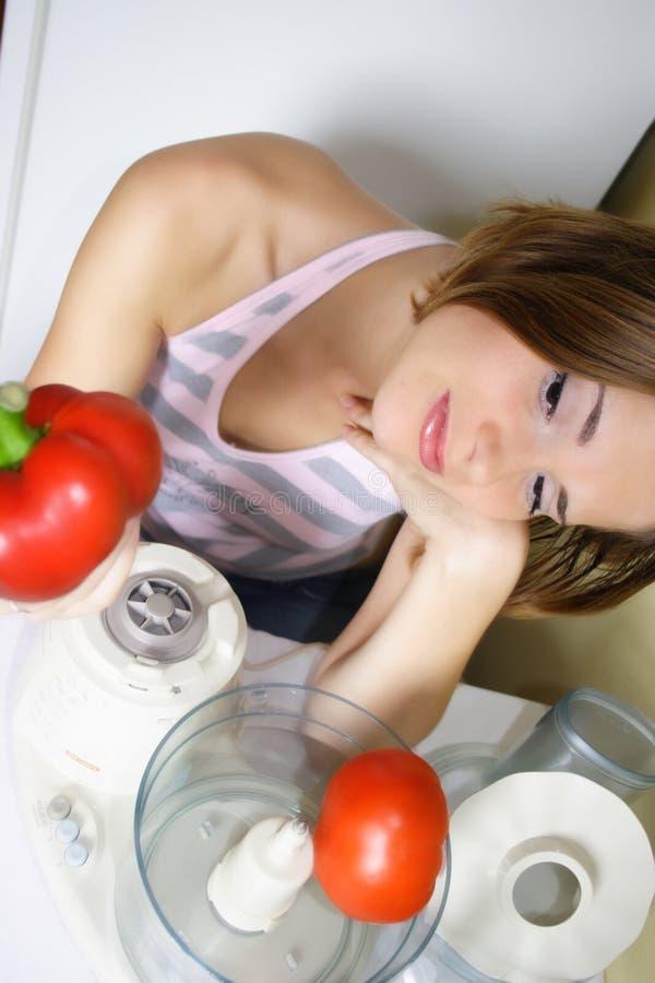 El cocinar hermoso joven de la mujer imagenes de archivo