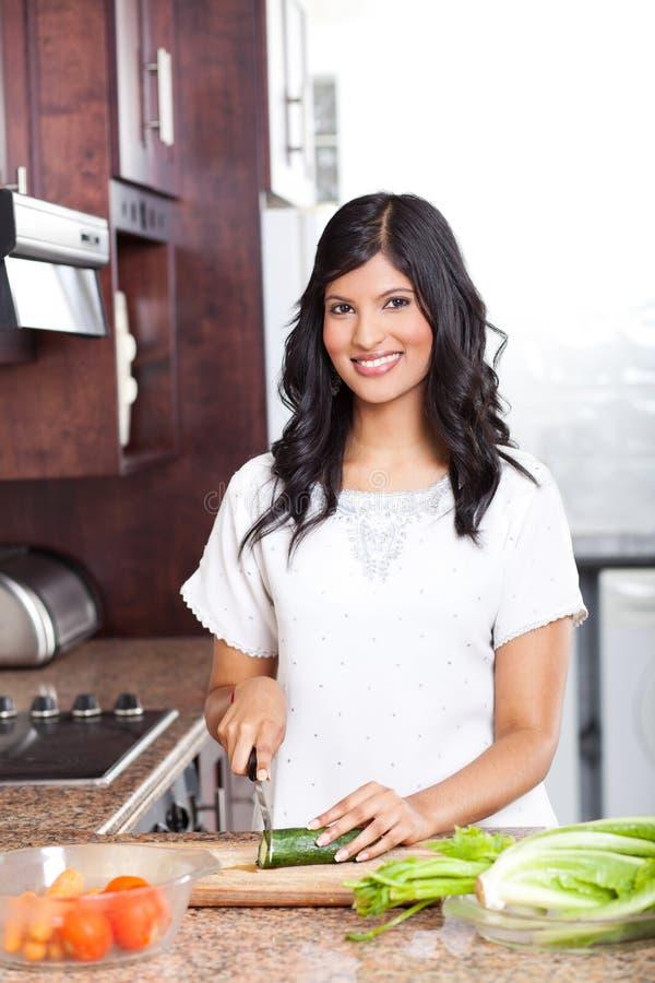 El cocinar indio de la mujer fotos de archivo