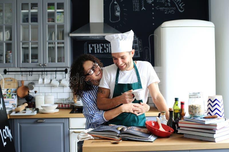 El cocinar joven de la familia imagen de archivo
