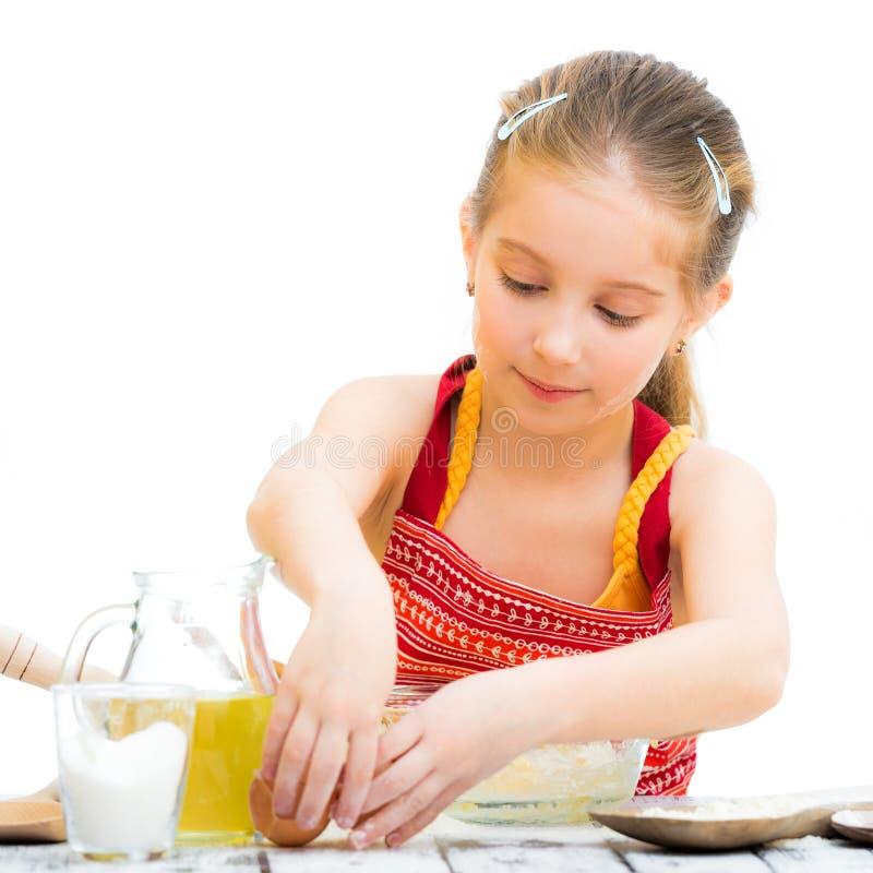 El cocinar lindo de la muchacha del llittle imágenes de archivo libres de regalías
