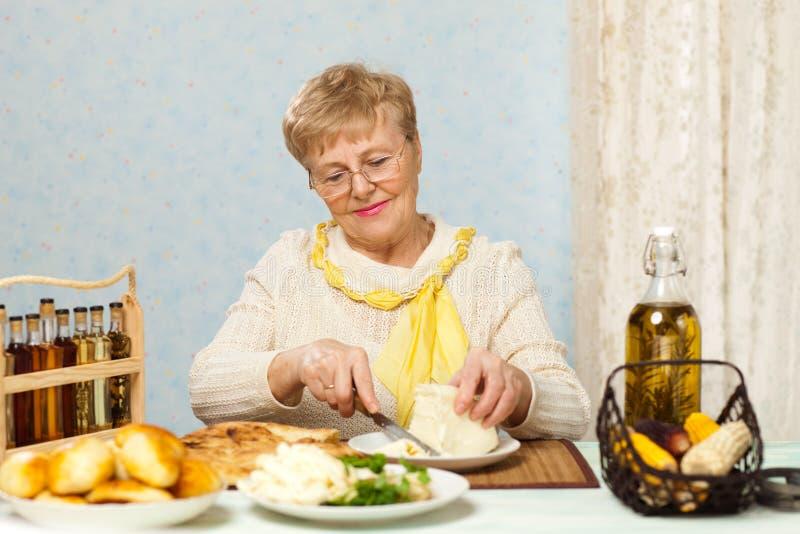 El cocinar mayor de la mujer fotografía de archivo libre de regalías