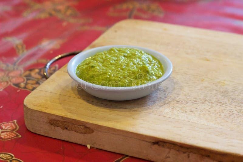 El cocinar tailandés: Goma verde hecha en casa del curry, tabla de cortar, clase de cocina imagen de archivo