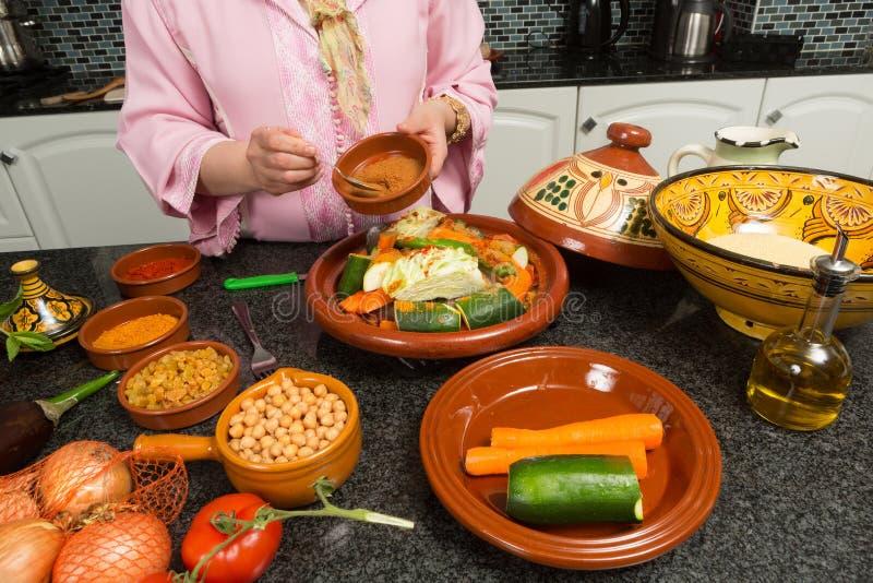 El cocinar tradicional del marroquí imagenes de archivo