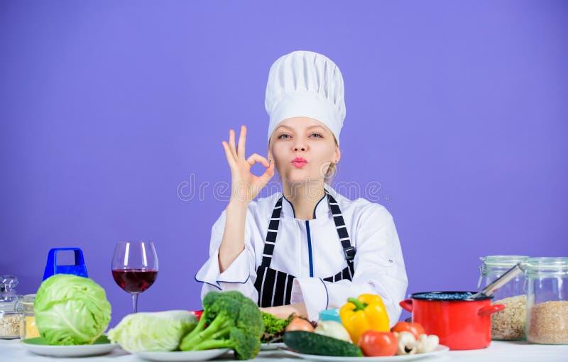 El cocinero adorable de la muchacha ense?a a culinario Las mejores recetas culinarias a intentar en casa Receta perfecta Ingredie fotografía de archivo libre de regalías