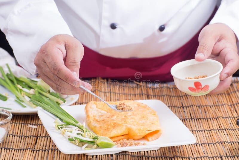 El cocinero adornó el cojín tailandés en la placa fotos de archivo