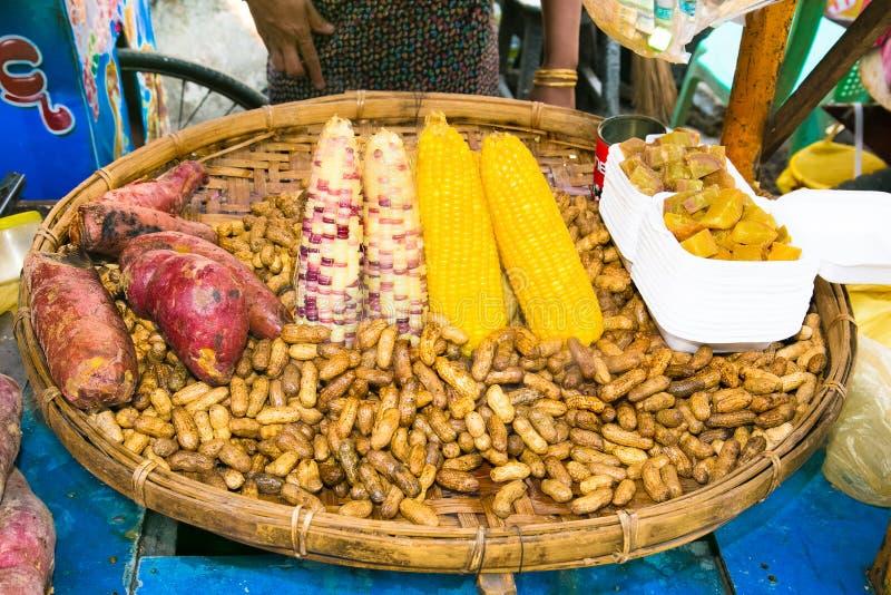 El cocinero asiático prepara la comida birmana de la calle del steem tradicional en Yan fotografía de archivo libre de regalías