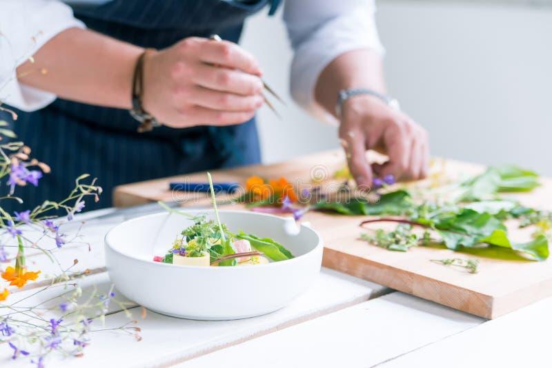 El cocinero cocina la comida foto de archivo libre de regalías