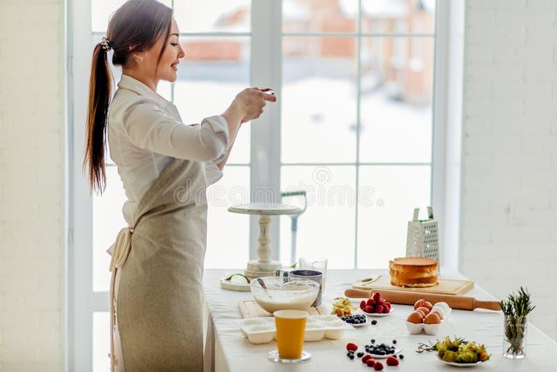 El cocinero de sexo femenino joven es un blogger foto de archivo libre de regalías