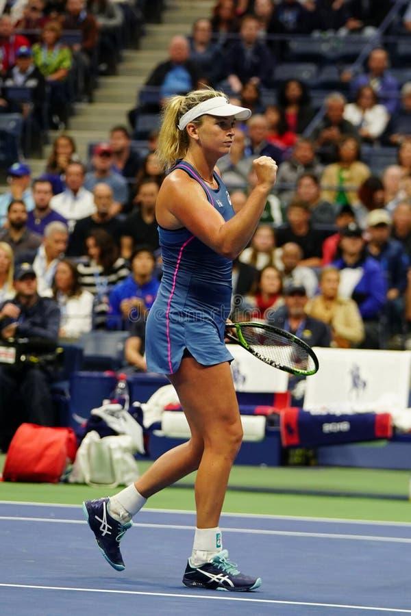 El Coco 2018 del campeón de los dobles de las mujeres del US Open Vandeweghe de Estados Unidos celebra la victoria después de su  fotografía de archivo