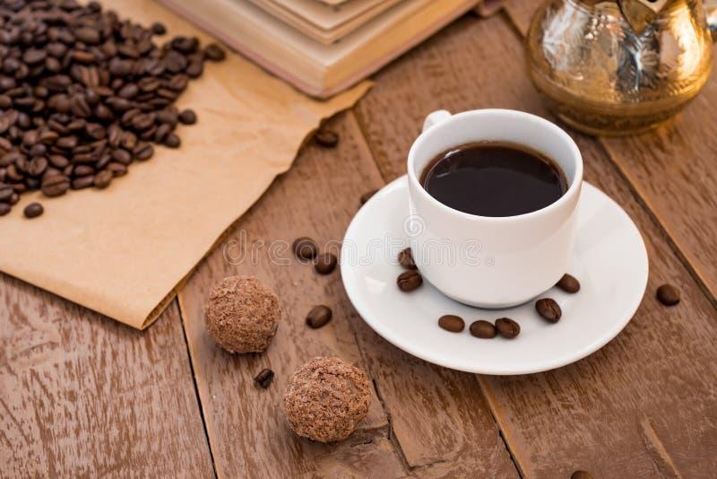 El coffe fresco breved en bebida tradicional de la mañana del pote del café turco del cezve en la taza blanca al lado de bolas de fotos de archivo