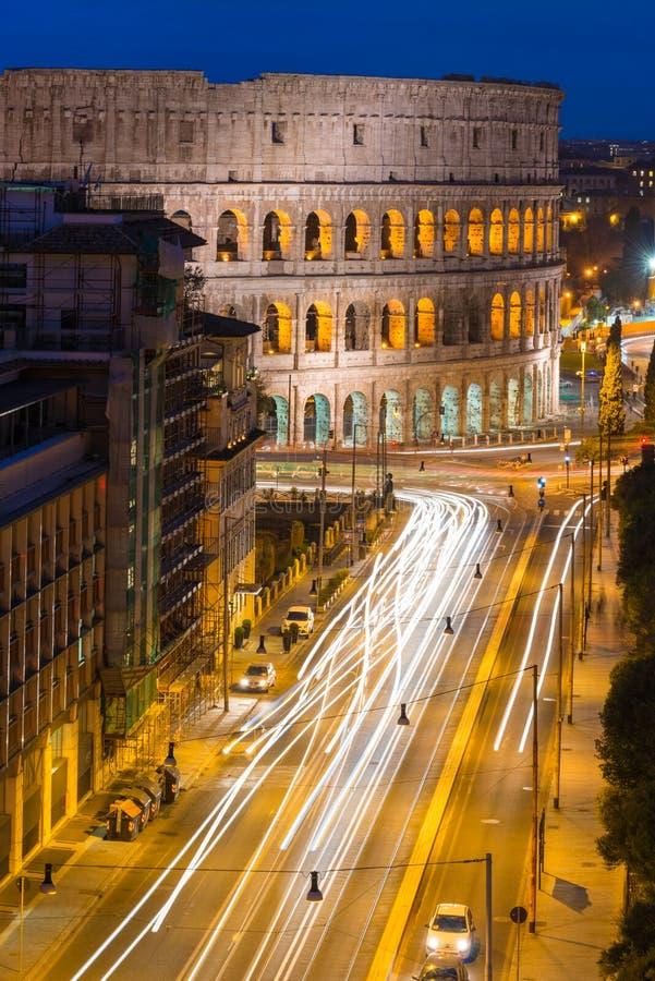 El Coliseo por la noche en Roma, Italia foto de archivo libre de regalías