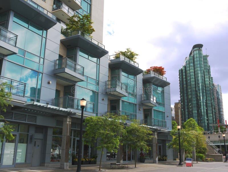 El colmo moderno se levanta en Vancouver hacia el centro de la ciudad fotos de archivo