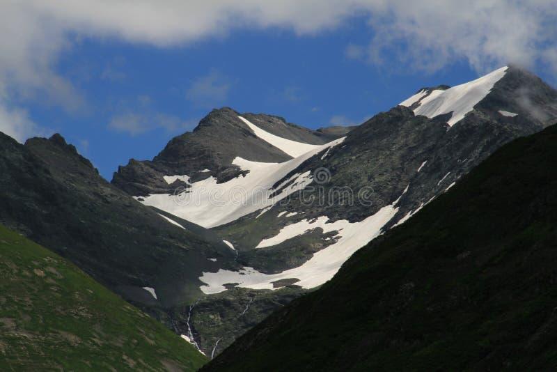 el color de la belleza de las montañas impresionante se refresca fotografía de archivo