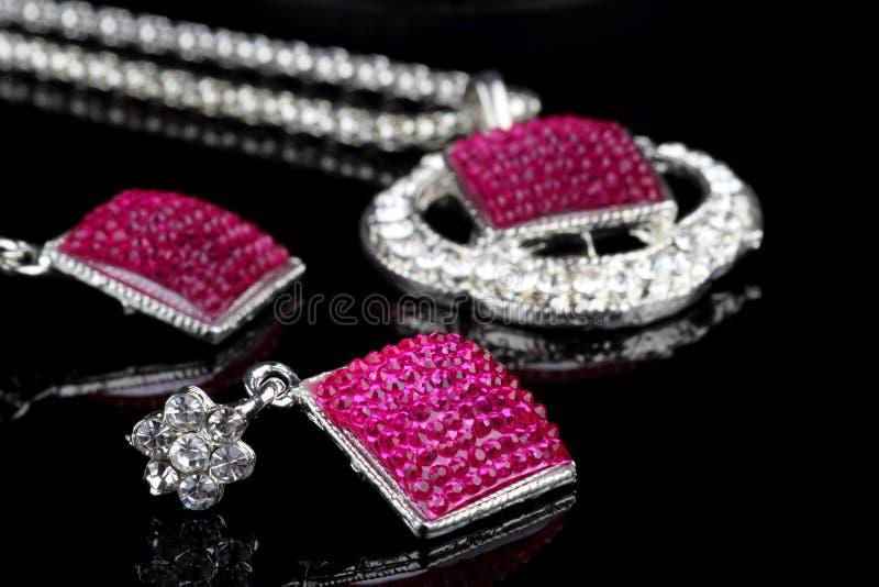 El color de rosa coloreó el conjunto de la joyería fotografía de archivo libre de regalías