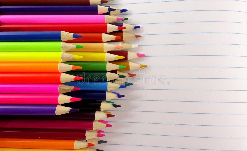 El color del cuaderno de la escuela dibujó a lápiz el fondo Imagen de la foto foto de archivo