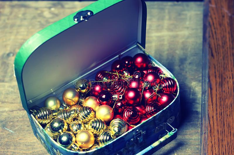 El color del invierno adorna día de fiesta oscuro de la linterna de la vela imagen de archivo libre de regalías
