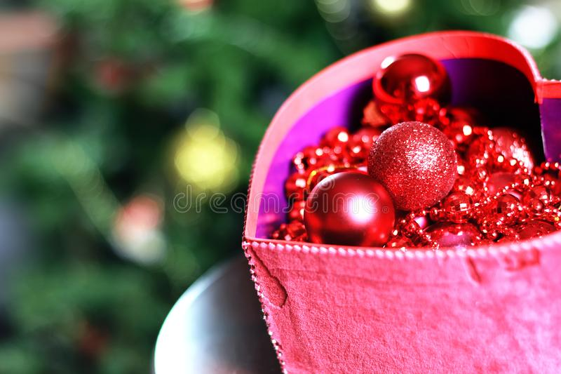 El color del invierno adorna día de fiesta oscuro de la linterna de la vela fotos de archivo libres de regalías
