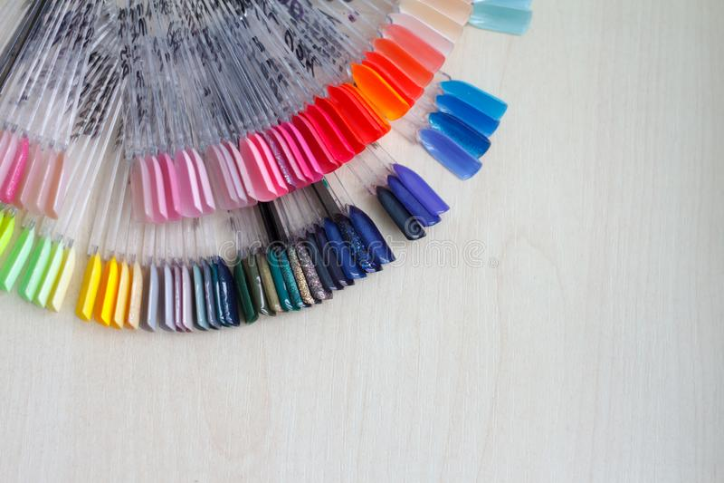El color del polaco para la manicura Dise?o para los clavos esmalte de u?as de los probadores Manicura de la moda fotos de archivo