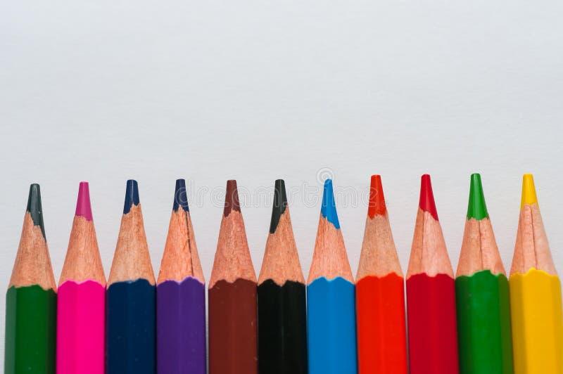 El color dibujó a lápiz en fila foto de archivo