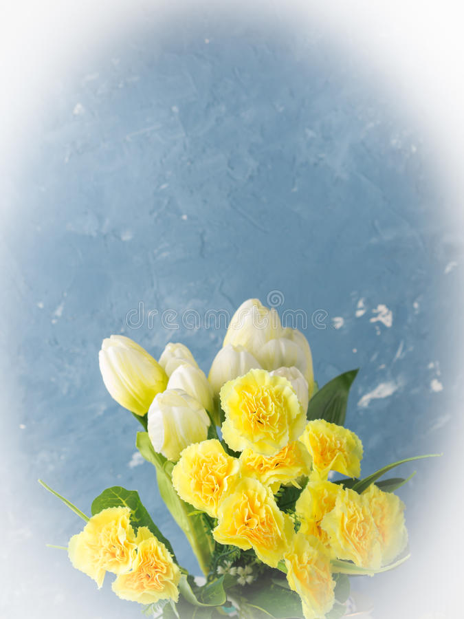 El color en colores pastel de Pascua de la primavera amarilla florece en azul imagenes de archivo