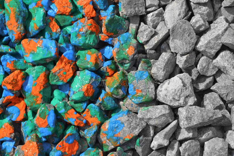 El color y ennegrece piedras de un blanco imagenes de archivo
