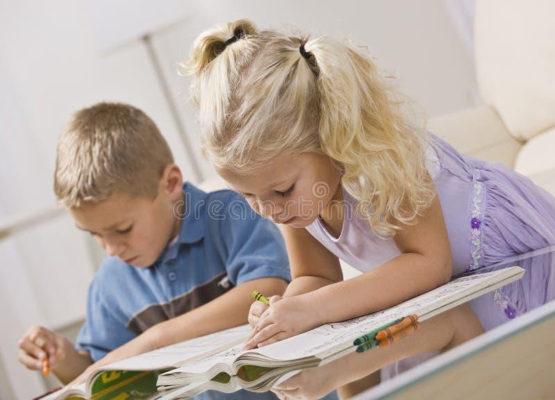 El colorear de los niños jovenes fotografía de archivo libre de regalías