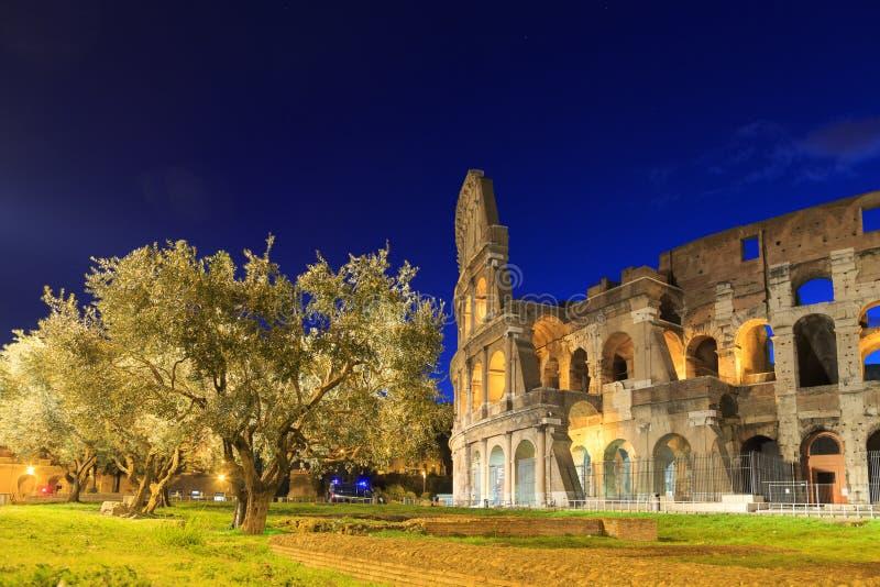 El Colosseum en la noche Ventanas viejas hermosas en Roma (Italia) imagen de archivo