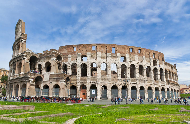 El Colosseum en Roma, Italia en día brillante asoleado imagen de archivo libre de regalías