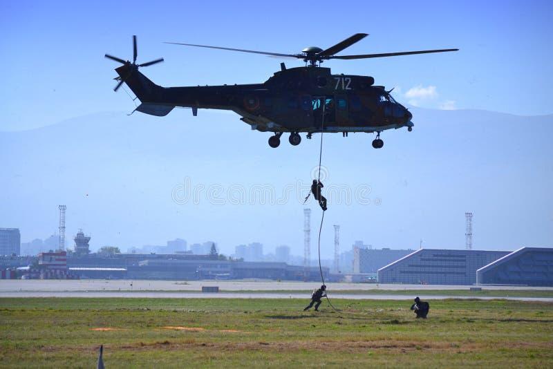 El comando desciende en airshow del aeropuerto de la cuerda imágenes de archivo libres de regalías