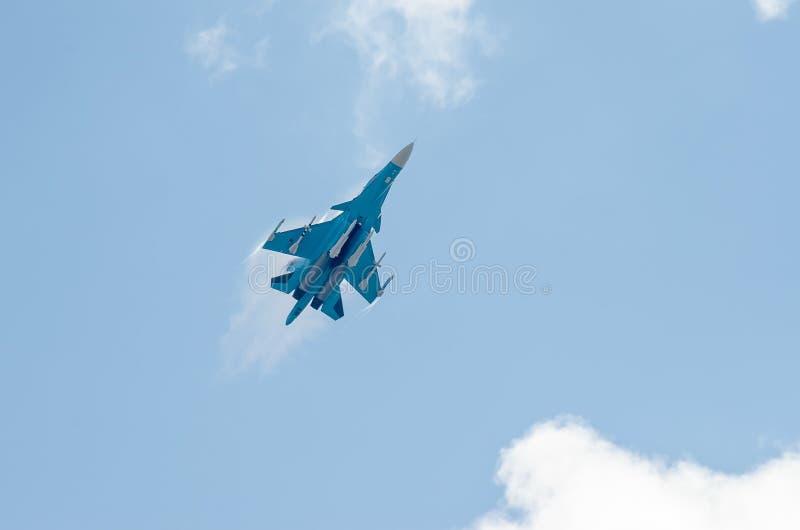 El combatiente gana altitud fotos de archivo