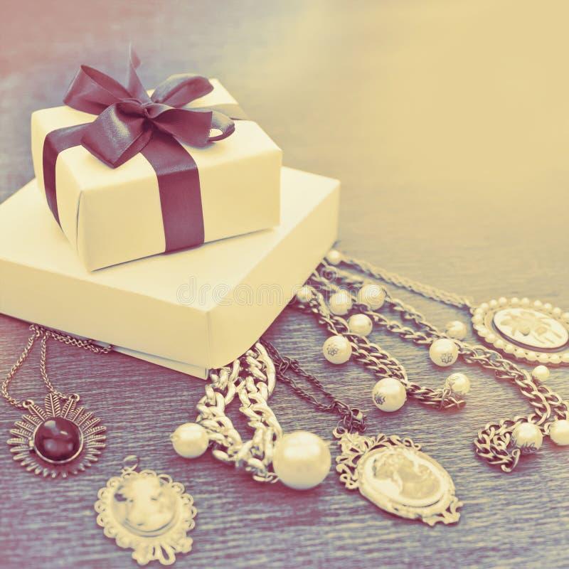 El comeo decorativo del collar de la joyería del ` s de las mujeres del lazo de satén de la cinta de la decoración determinada de imagen de archivo libre de regalías