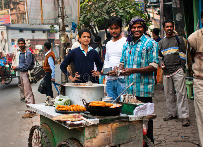 El comerciante de la calle vende los alimentos de preparación rápida imagen de archivo libre de regalías