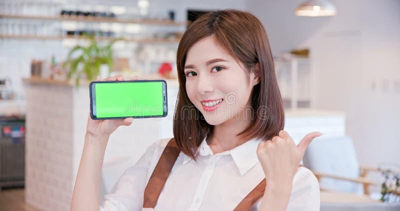 El comerciante muestra la pantalla verde fotos de archivo