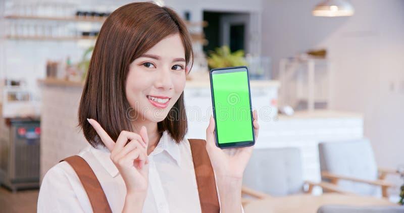 El comerciante muestra la pantalla verde imágenes de archivo libres de regalías