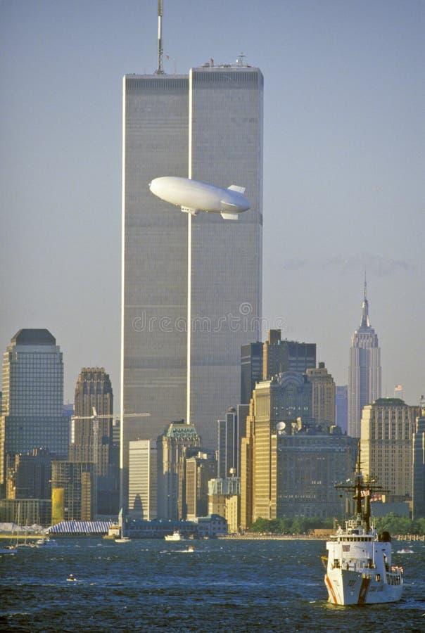 El comercio mundial se eleva con el buen dirigible no rígido del año en el primero plano, New York City, NY foto de archivo libre de regalías