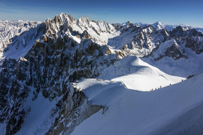 El comienzo del funcionamiento de esquí fuera de pista famoso, el Vallee Blanche, Mont Blanc, Francia imagen de archivo