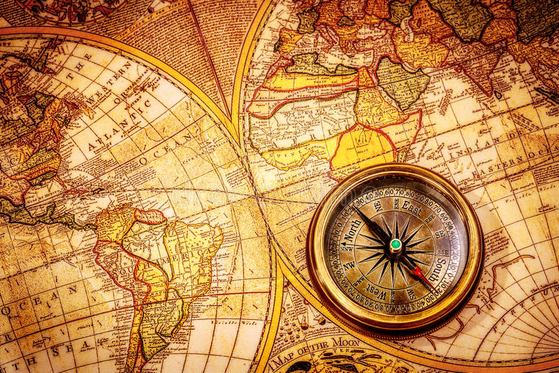 El compás del vintage miente en un mapa del mundo antiguo. foto de archivo libre de regalías