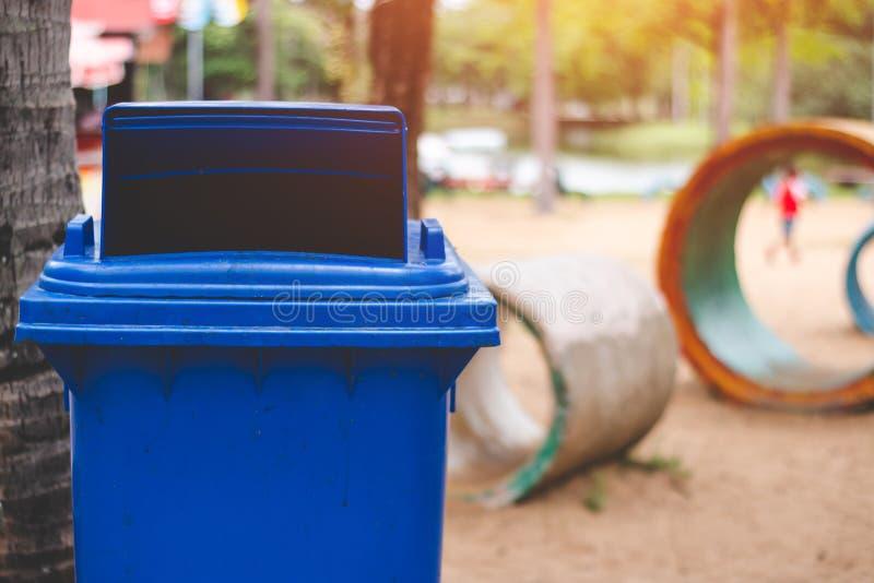 El compartimiento azul es un cubo de la basura no-reciclable imágenes de archivo libres de regalías